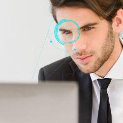 uomo che utilizza una webcam con tecnologia a controllo oculare